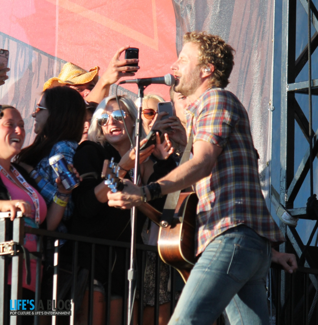 dierks-bentley-with-fans-at-boots-and-hearts